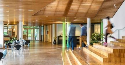 _Foyer-mit-Menschen-auf-der