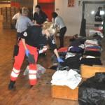 DRK-Helfer/innen und viele Freiwillige in Notunterkunft im Einsatz