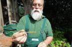 NaturschuleObstwieseRainer-mit-Wildbienen-Niströhre