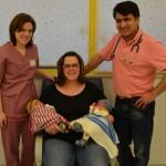 Zwillinge mit wärmenden Mützen: Ehrenamtliche stricken für Früh- und Neugeborene