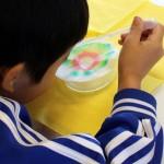 Flüchtlingskinder experimentieren