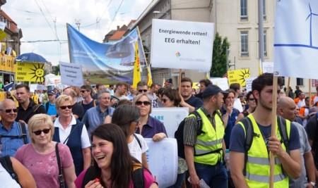 WestfalenWIND inmitten der Demo in Berlin