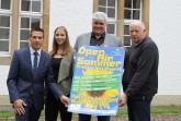 v.l. Bürgermeister Burkhard Schwuchow, Verena Hünefeld, Volksbank Paderborn-Höxter-Detmold, Uwe Varlemann sowie Klaus Albracht, Tinte Gastronomie/Bittburger Brauerei