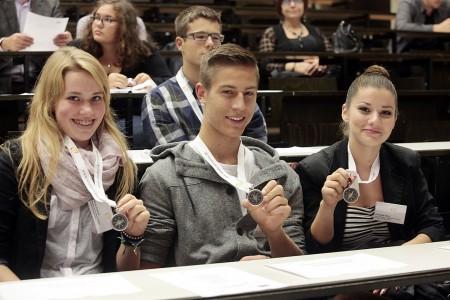Teilnehmer bei einer Studienkompass-Aufnahmefeier