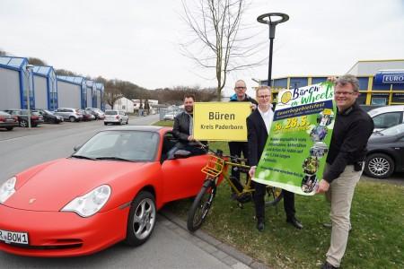 Mit Banner von Links: Dirk Kleeschulte, Jochen Meiwes, Torsten Hieke und Michael Kubat. Auf beiden Fotos fehlt Tobias Lüke