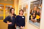 Die Praktikantinnen Leja Büschges (links) und Pia Barda haben die Plakate und Bilder für die Ausstellung im Haus Neuland aufgehängt. Foto: Haus Neuland