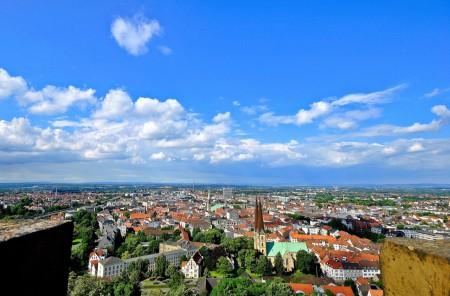 Vom Turm der Sparrenburg lässt sich Bielefeld und das Umland von oben überblicken. [www.sparrenburg.info]