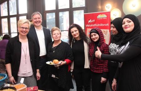 Lebhafte Gespräche und viele Begegnungen: Bürgermeister Henning Schulz und Gleichstellungsbeauftragte Inge Trame (links) im regen Austausch beim Internationalen Frauenfrühstück. Foto: Charlotte Klotz