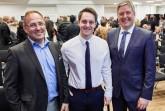 """(v.r.) Bürgermeister Henning Schulz, Referent Dominik Füzi und Wirtschaftsförderer Rainer Venhaus suchten den Austausch mit den Gästen bei """"Mittelstand trifft Rathaus""""."""