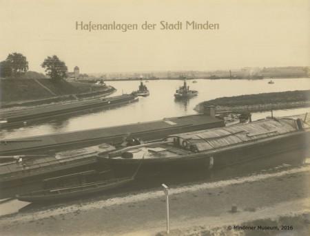 Blick auf die Hafenanlagen mit der Schachtschleuse im Hintergrund. Foto:©Mindener Museum)