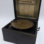 "Objekt im Fokus Lochplatten-Spieldose ""Symphonion Simplex"", 19. Jh."