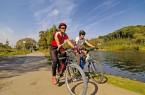 Radfahrer auf dem Radweg neben der Ruhr.© Ruhr Tourismus