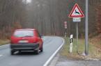 Gerade bei der Fahrt durch Waldgebiete sollten Verkehrsteilnehmer derzeit besonders vorsichtig sein und auf Wildtiere am Straßenrand achten.
