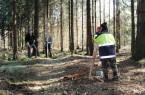 Studierende der Universität Kiel vermessen den Wall um den Richtschacht. Foto: LWL-Archäologie für Westfalen/Fritz Jürgens