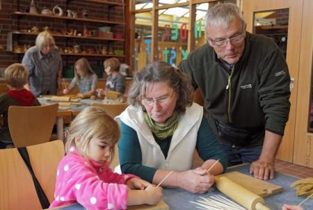 Im LWL-Industriemuseum Ziegelei Lage stellen die Kinder gemeinsam mit ihren Großeltern Feierabendziegel her. Foto: LWL