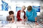 Beim Ferienprogramm im LWL-Museum für Archäologie unter-suchen die Teilnehmer Knochen. Foto: LWL