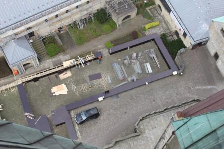 Niklas Hodel, Mitarbeiter des Museums in der Kaiserpfalz, hatte Gelegenheit, die Baustelle aus der oberen Etage des Domturms zu fotografieren: Mit dunkelbraunem Holz verkleidet zeigt sich die karolingische Pfalzanlage. Foto: LWL/N. Hodel