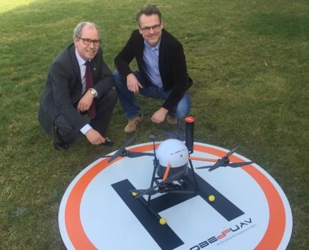 Landrat Manfred Müller (links im Bild) ließ sich von Geschäftsführer Jörg Brinkmeyer (rechts im Bild) die Funktionsweise der in Westenholz entwickelten Drohne erläutern.Foto: Globe UAV