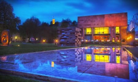 Die Kunsthalle und der Skulpturenpark erstrahlten bei den Nachtansichten 2015 in bunten Farben. [www.bielefeld.jetzt]