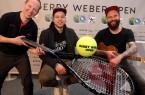 """""""The Voice of Germany"""" Tay Schmedtmann (Mitte) wird am 18. Juni 2017 bei den 25. GERRY WEBER OPEN einen begeisternden Live-Auftritt mit seinem Gitarristen und Manager Patrick """"Pat"""" Fa (rechts) auf der Showbühne der NRW-Lokalradios haben, ebenso wie Melitta-Jongleur """"Hannes Kannes"""" alias Hannes Neumann. © GERRY WEBER OPEN (HalleWestfalen)"""