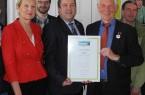 Lippe ist jetzt Fairtrade-Kreis: Dr. Ute Röder, Benjamin Krentz und Landrat Dr. Axel Lehmann nehmen die Urkunde von Manfred Holz, Ehrenbotschafter des Vereins Transfair, entgegen (von links).