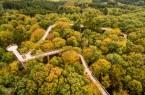Luftbild des barrierefreien Baumwipfelpfads mit einer Gesamtlauflänge von 1.635 Metern.Foto: Tourismus NRW e.V. / Dominik Ketz