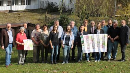 Die Vertreter der Hansaweg-Anlieger freuen sich über die neue Wanderkarte zum Hansaweg.