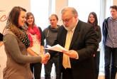 Motivation durch Belohnung. Die Schülerinnen und Schüler des Schulsanitätsdienstes der Eduard-Hoffmann-Schule freuen sich im Jahr 2013 über die Auszeichnung durch Beiratsvorsitzenden Jörg Herrmann.