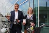 100 000-Kilometer sind das Mindest-Ziel: Bürgermeister Henning Schulz und Fahrradbeauftragte Katharina Pulsfort werben für das Stadtradeln. Gütersloher Händler haben attraktive Preise gestiftet.
