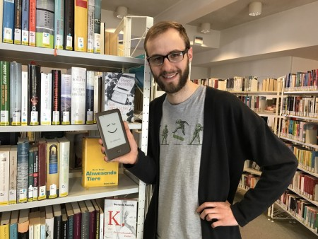 Medienpädagoge Lukas Opheiden informiert Interessierte zum Thema EBook-Reader Foto: Stadt Minden