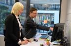 Gerhard Freitag, Leiter Vertriebslogistik bei CLAAS, an seinem Arbeitsplatz im Gespräch mit Studentin Melanie Schlüter vom Fachbereich Ingenieurwissenschaften und Mathematik.Foto: CLAAS