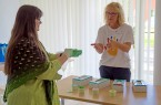 Hygienefachkraft Susanne Fenske übte mit den Mitarbeitern, wie sich beim Handschuhwechsel eine Keimübertragung vom Handschuh auf die Haut vermeiden lässt.