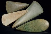 Auswahl der in der Landesausstellung gezeigten Jadeitbeile von verschiedenen rheinischen Fundstellen, Datierung: 4.500 - 3.800 v. Chr. Foto: LVR-LandesMuseum Bonn, Jürgen Vogel