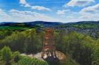 Über 14 Meter misst der Aussichtsturm am Rande des Sauerländer Dorfes und ist damit das höchste Gebäude im LWL-Freilichtmuseum Detmold. Foto: LWL/Jähne