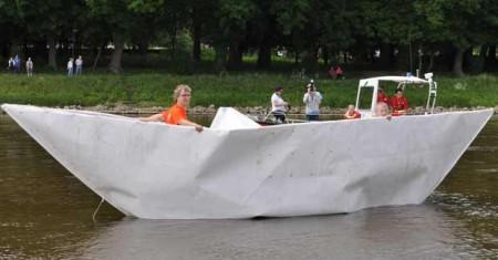 Bürgermeister_und_Künstler_Bölter im Schiff