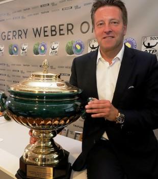 Turnierdirektor Ralf Weber präsentiert stolz den Siegerpokal für die Jubiläumsauflage der 25. GERRY WEBER OPEN. © GERRY WEBER OPEN (HalleWestfalen)
