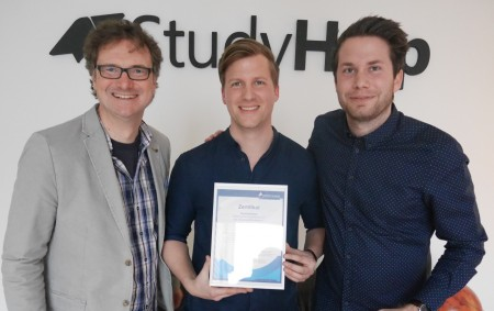v. li.: Prof. Dr. Rüdiger Kabst zeichnet die Gründer der StudyHelp GmbH, Carlo Oberkönig und Daniel Weiner, aus.