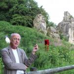 Der Künstler Horst Wackerbarth führt durch die Ausstellung