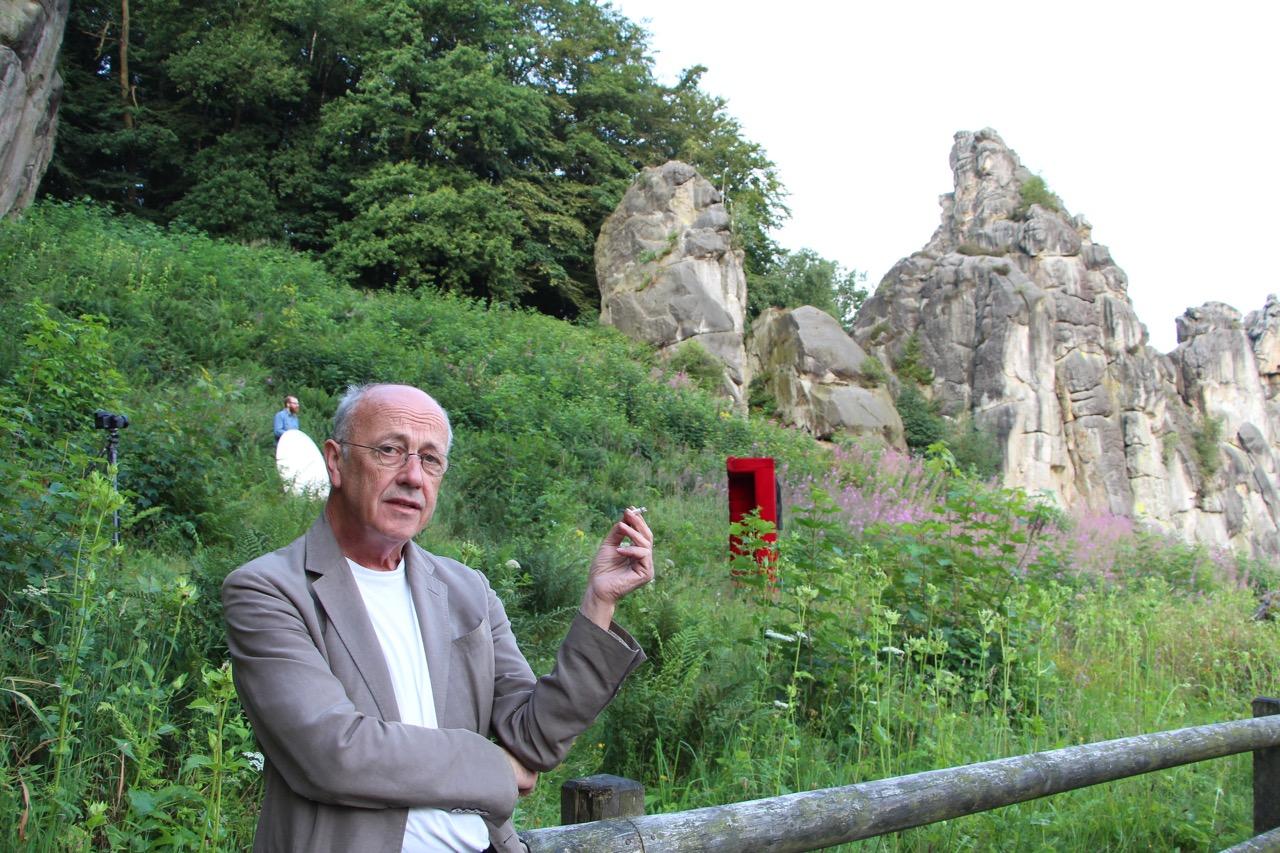 Der Künstler Horst Wackerbarth Führt Durch Die Ausstellung Owl