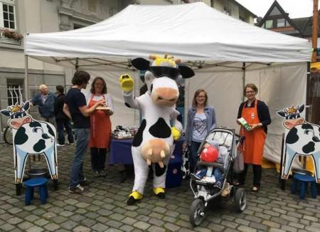 Lotte-zu-Besuch-auf-dem-Wochenmarkt