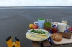 Lecker und lehrreich: Zum 8. Welterbe-Geburtstag organisieren Die Nordsee GmbH und die Nationalparkverwaltung Niedersächsisches Wattenmeer erstmalig eine Kombination aus Frühstück und Wattwanderung. Foto: Die Nordsee GmbH