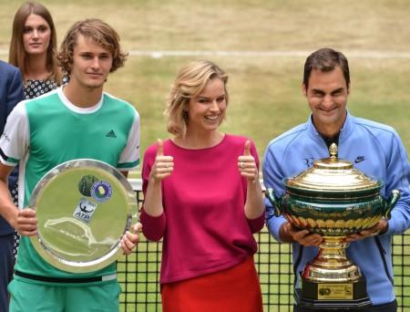 Supermodel Eva Herzigova (Mitte) überreichte den Siegerpokal an den Schweizer Maestro Roger Federer (links), der im Endspiel Sascha Zverev bezwang. © GERRY WEBER OPEN (HalleWestfalen)