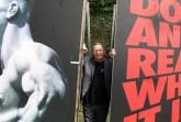 Prof. Uwe Göbel zwischen zwei von ihm gestalteten Plakaten Foto: Detlev Grewe-König