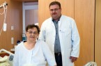Rose Mehlberg und Fahed Kazkaz (leitender Oberarzt der Gefäßchirurgie) nach der innovativen Operation, durch die ein gefährliches Bauchaortenaneurysma erfolgreich behandelt werden konnte.