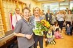 "Liz Mohn gratuliert Christiane Keller, Leiterin der ""Villa Kunterbunt""."