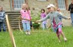 Alte Kinderspiele stehen am 21. Juli im LWL-Freilichtmuseum Detmold auf dem Programm. Foto: LWL/Sanchez