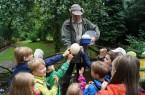 Das größte Ei der Welt - erfuhren die Kinder von Vogelpark-Mitarbeiter Jörg Schnacke - ist das Straußenei. Sein Inhalt entspricht ca. 20 Hühnereiern.