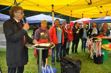 : Bürgermeister Michael Jäcke konnte rund 70 Gäste auf dem Grundstück des künftigen Stadtteilzentrums begrüßen.