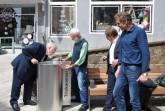 Den allerersten Schluck aus dem neuen Trinkwasserbrunnen nahm der stellvertretende Bürgermeister Egon Stellbrink. Es folgte Horst Idelberger (zweiter von links). Es freuen sich Peter Tiemann (Mindener Wasser GmbH, zweiter von rechts) und Peter Wansing, SBM (rechts).
