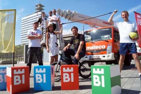 """Die Gewinner: Frederik Brockmeyer (l.), Denis Kelle, Mitja Frentrup und Christian Müller (hinten im Korb v.l.) von """"hoch2"""", Benjamin Kopp von """"Right On"""" (mit BMX) und Holger Pante von """"Crossout"""" (r.), gemeinsam mit Kati Bölefahr-Behrends (Projektleitung Bielefeld Marketing) © Bielefeld Marketing"""